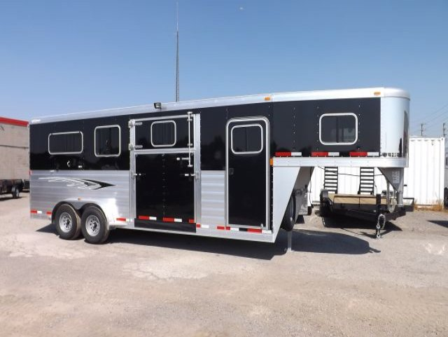 21 straight load goosneck horse trailer curbside view