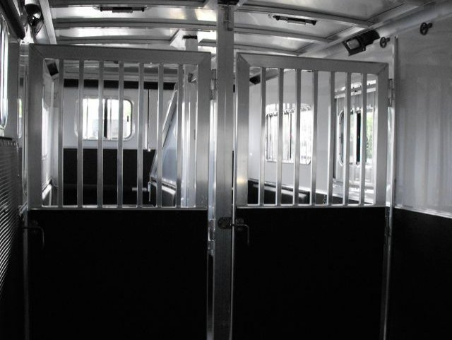 21 straight load goosneck horse trailer interior
